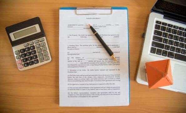 書類の上にペン