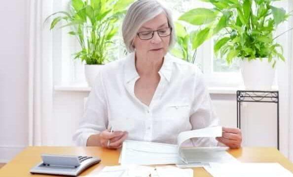 老婆が書類を見ている