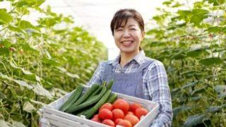 女性が野菜を見て笑っている