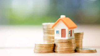 コインの上に家の模型