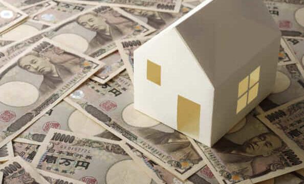 1万円札の上に家の模型