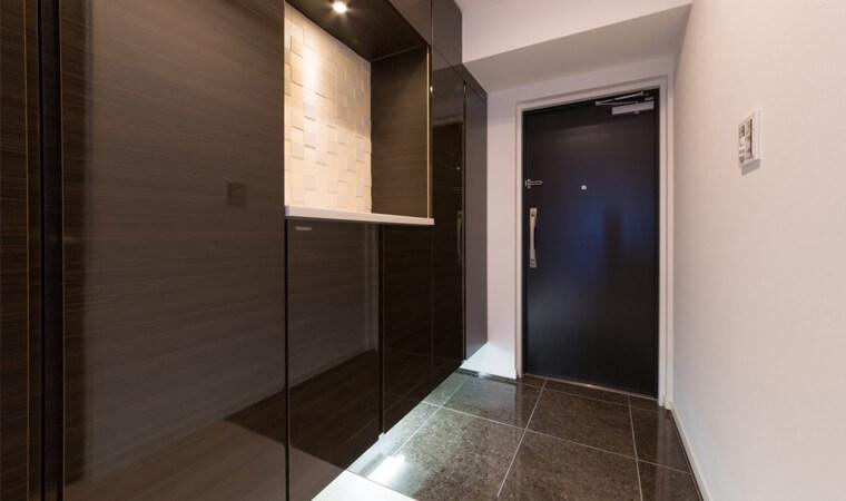 【DIY空室対策:玄関編】統一されたコンセプトでドア内側や壁・床を変える